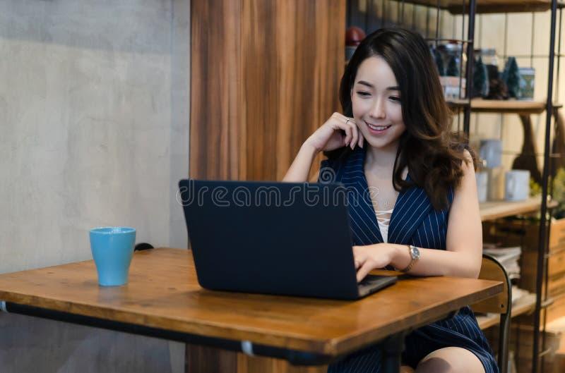 Mooi Aziatisch meisje die een plan van het project en het concept uitwerken Jonge het bedrijfsvrouw drinken koffie of thee en en  stock afbeelding