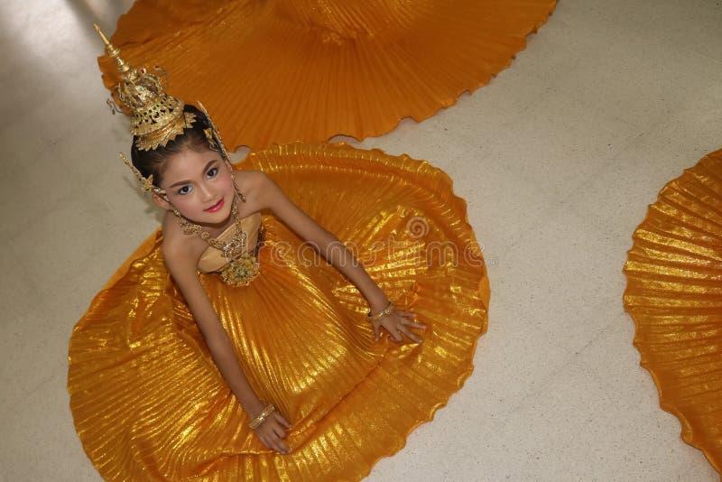 Mooi Aziatisch meisje die traditionele Thaise kostuums dragen stock afbeeldingen