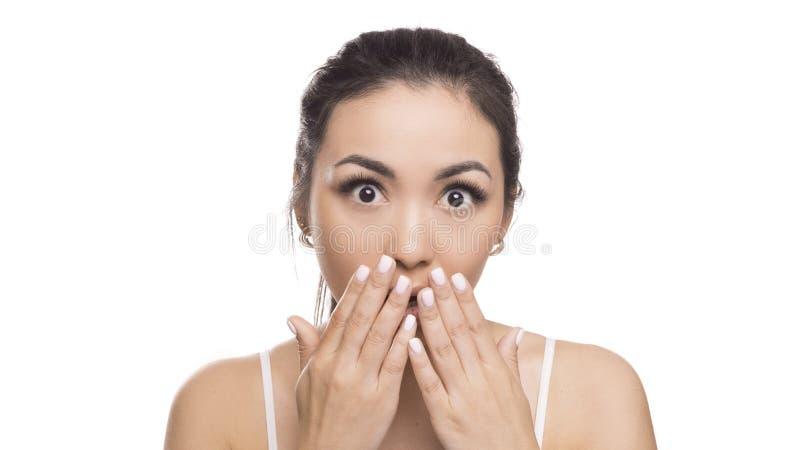 Mooi Aziatisch meisje met expressieve emoties Jonge schoonheids Aziatische vrouw geschokt Ge?soleerdj op witte achtergrond royalty-vrije stock afbeeldingen