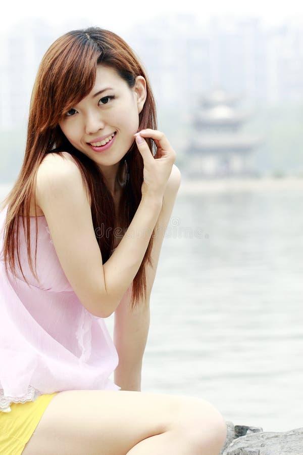 Mooi Aziatisch meisje in openlucht stock afbeelding
