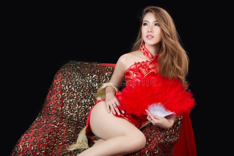 Mooi Aziatisch model die traditionele Cheongsam dragen stock fotografie