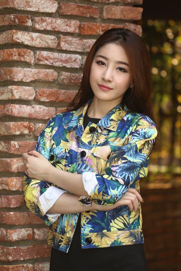 Mooi Aziatisch vrouwenmodel dat een manierspruit doet stock afbeeldingen