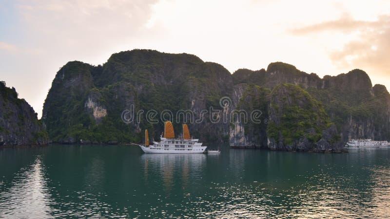 Mooi azuurblauw water van lagune in de Halong-Baai die Dragon Bay dalen bij de Golf van Tonkin van het Overzees Zuid- van China,  stock foto