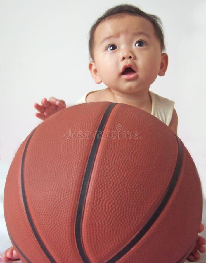 Mooi baby en basketbal royalty-vrije stock afbeeldingen