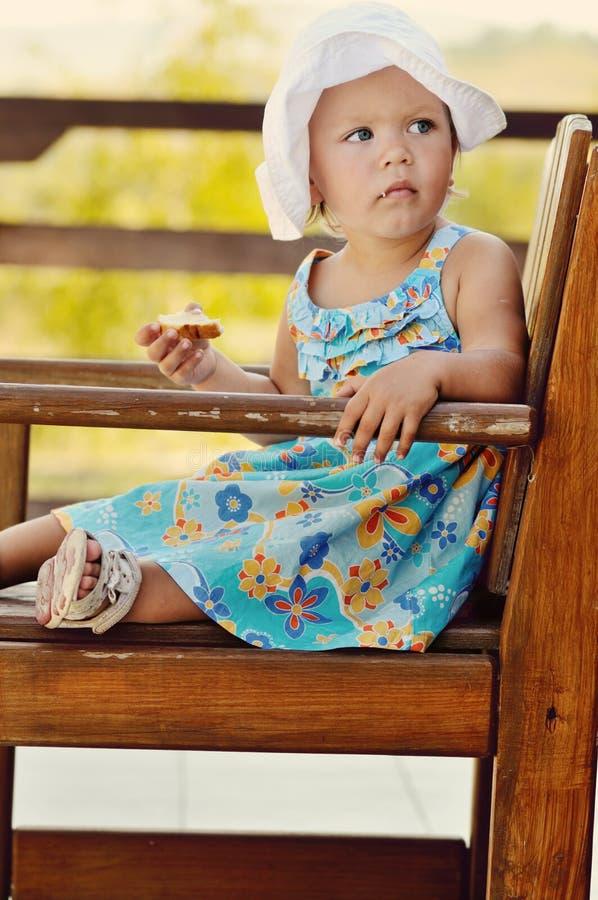 Het meisje van de baby in koffie stock fotografie