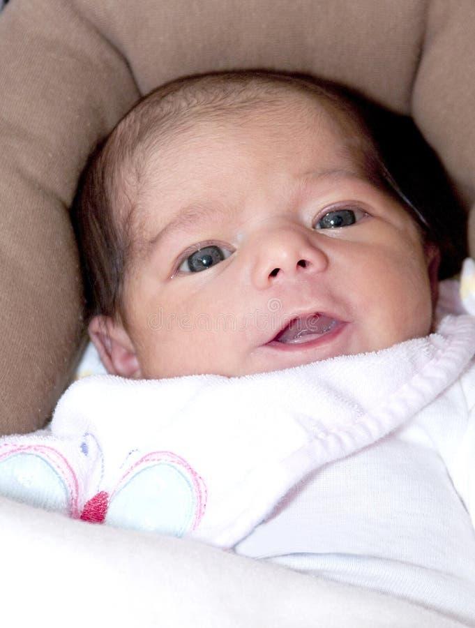 Mooi babymeisje met een verrukkelijke glimlach stock fotografie