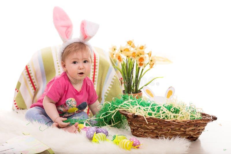Mooi babymeisje in Pasen-decor stock afbeeldingen