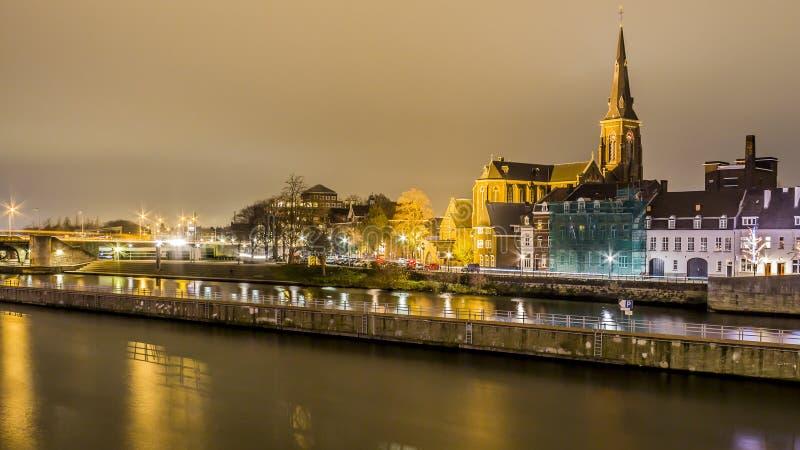 Mooi beeld van de rivier Maas met mooie weerspiegelingen van multicolored lichten stock foto