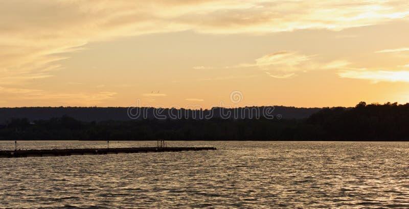Mooi beeld van een verbazende zonsondergang op een meer stock fotografie