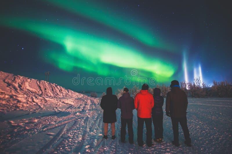 Mooi beeld van massieve multicolored groene trillende die Aurora Borealis, ook als Noordelijke Lichten in de nachthemel wordt bek stock foto's