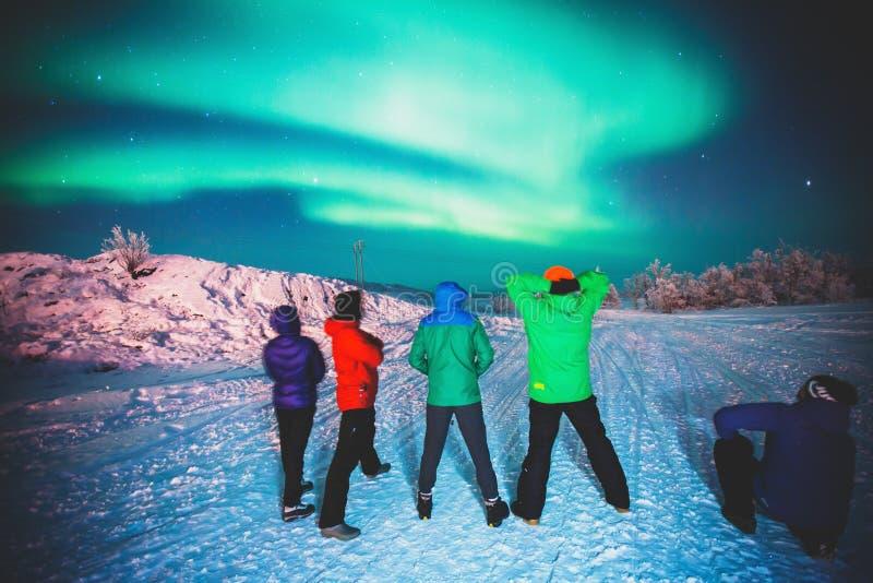 Mooi beeld van massieve multicolored groene trillende die Aurora Borealis, ook als Noordelijke Lichten, Zweden, Lapland wordt bek stock afbeeldingen