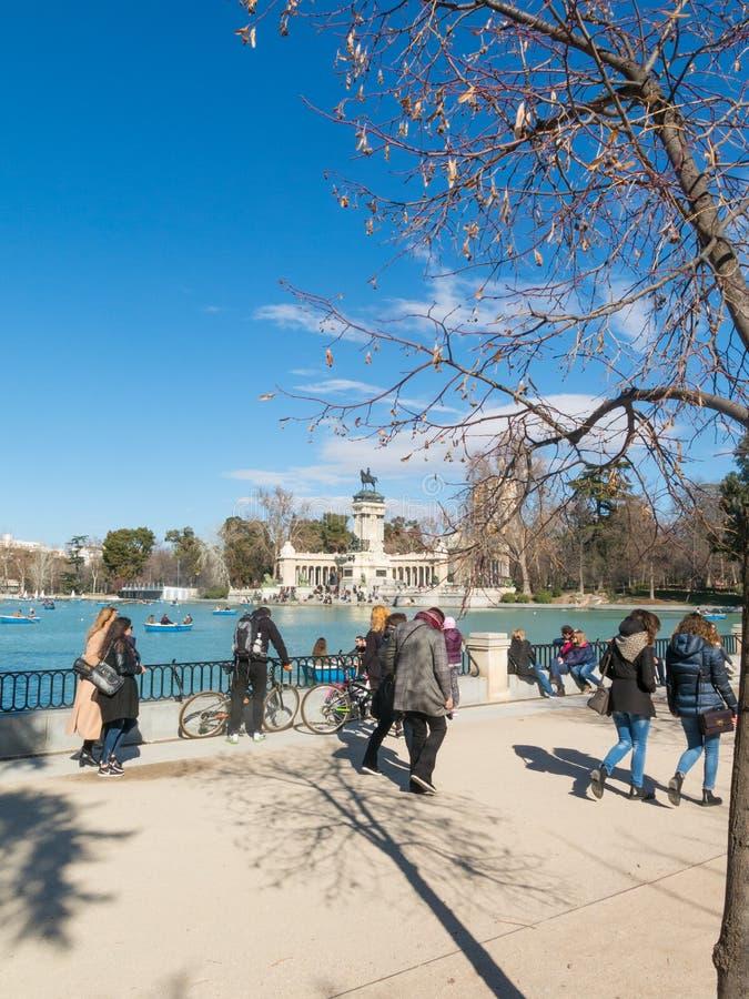 Mooi beeld van toeristen bij vijver van Parque del Buen Ret royalty-vrije stock afbeeldingen
