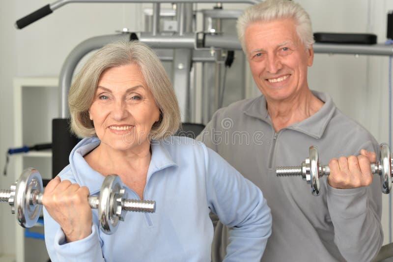 Mooi bejaard paar in een gymnastiek royalty-vrije stock afbeeldingen