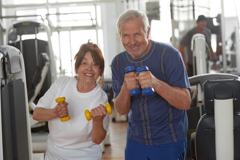 Mooi bejaard paar in een gymnastiek stock afbeeldingen