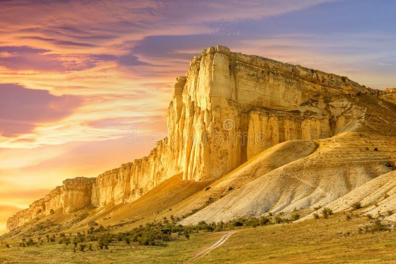 Mooi berglandschap bij zonsondergang royalty-vrije stock afbeelding