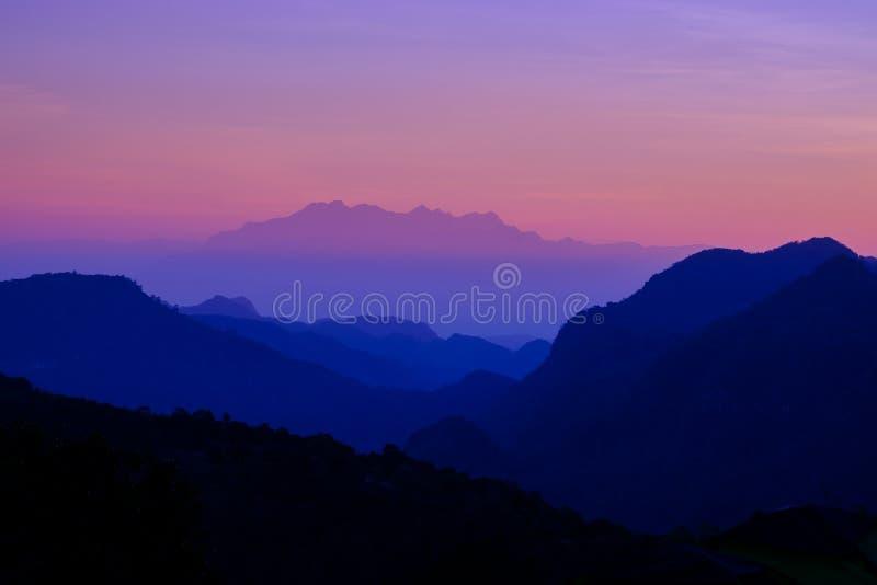Mooi berglandschap bij zonsondergang bij Monson-gezichtspunt Doi AngKhang, Chaingmai Thailand royalty-vrije stock foto's