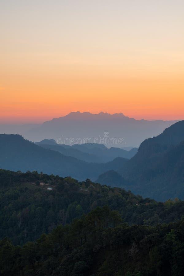 Mooi berglandschap bij zonsondergang bij Monson-gezichtspunt Doi AngKhang, Chaingmai Thailand stock fotografie