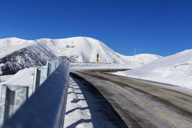 Mooi berglandschap met een windende weg stock foto's