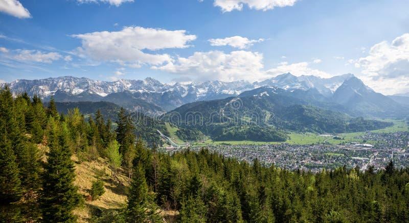 Mooi berglandschap met mening aan de Beierse alpen en zugspitze stock fotografie