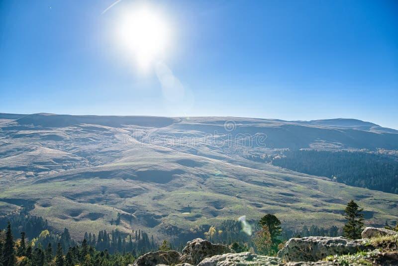 Mooi berglandschap met rotsen en mist royalty-vrije stock foto's