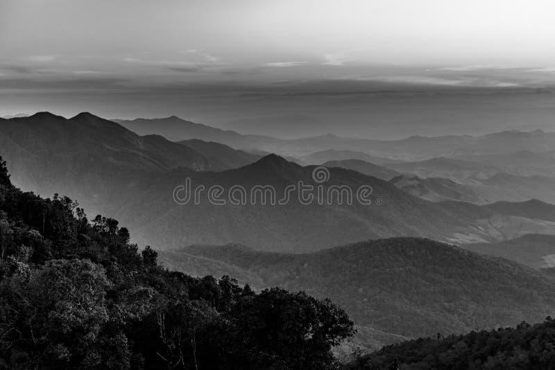 Mooi berglandschap in zwart-wit stock fotografie