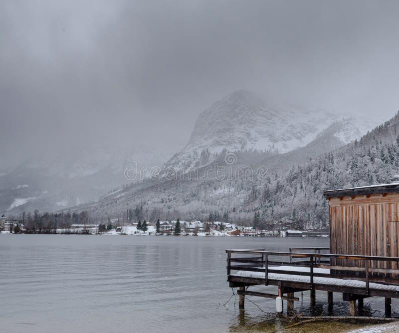 Mooi bergmeer Het landschap van de winter Houten pijler en bergen Sneeuw Behandeld Landschap royalty-vrije stock afbeeldingen