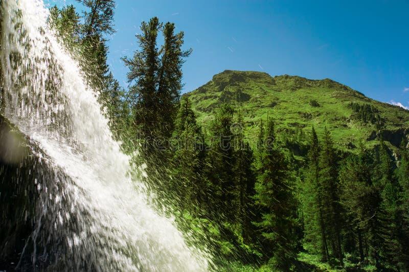 Mooi bergstroom van waterval stock foto