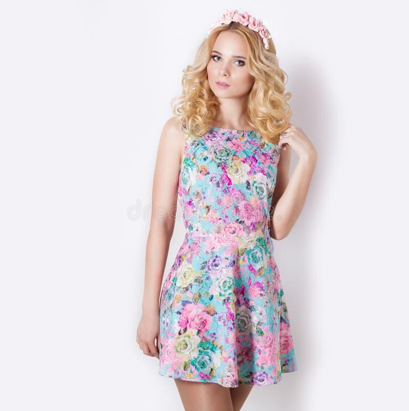 Mooi bescheiden zoet teder meisje met blonde krullend haar met een kroon van bloemen in hun haar royalty-vrije stock afbeelding
