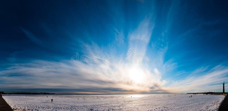 Mooi bewolkt hemelpanorama over ijs royalty-vrije stock fotografie