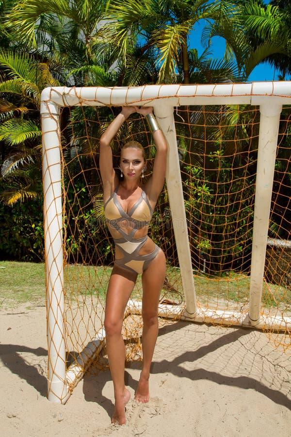 Mooi bikini model speelvolleyball op een Cara?bisch strand royalty-vrije stock foto