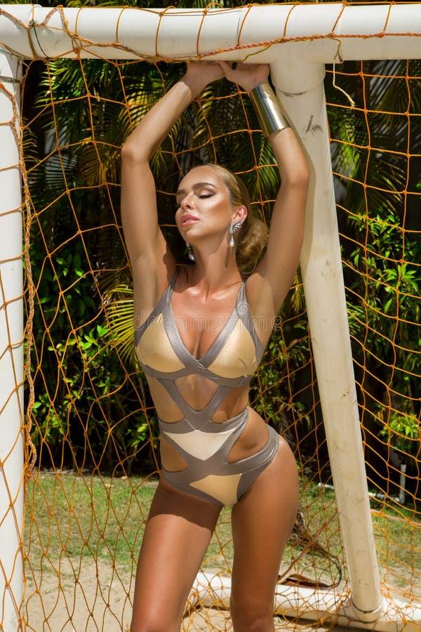 Mooi bikini model speelvolleyball op een Cara?bisch strand royalty-vrije stock afbeeldingen