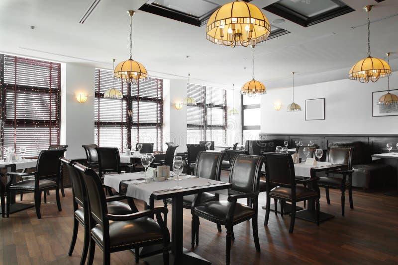 Mooi binnenland van modern restaurant stock afbeelding