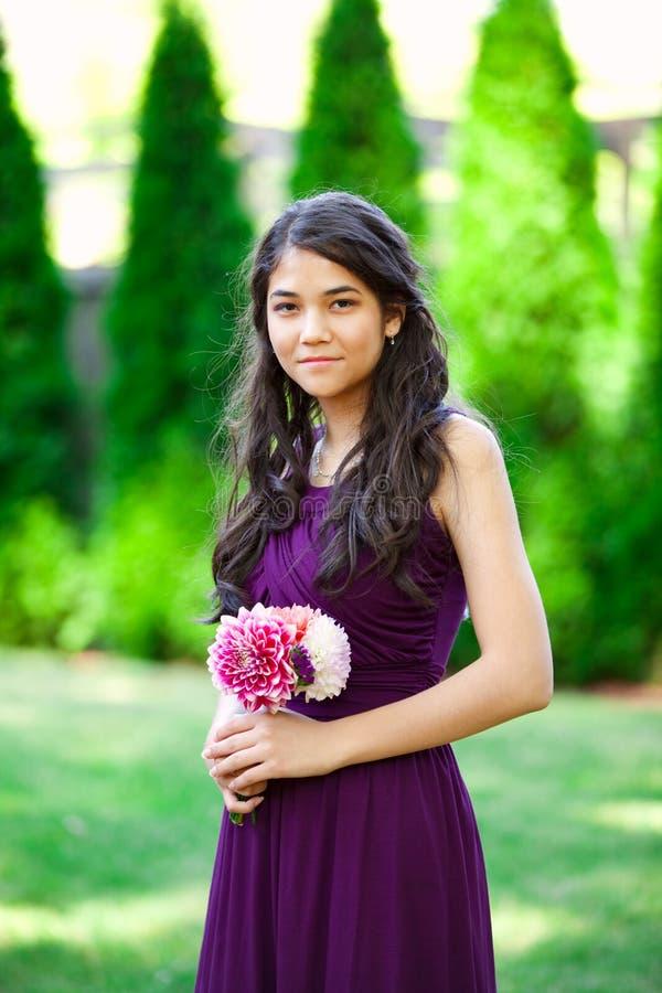 Mooi biracial bruidsmeisje in purpere kleding, het glimlachen royalty-vrije stock fotografie