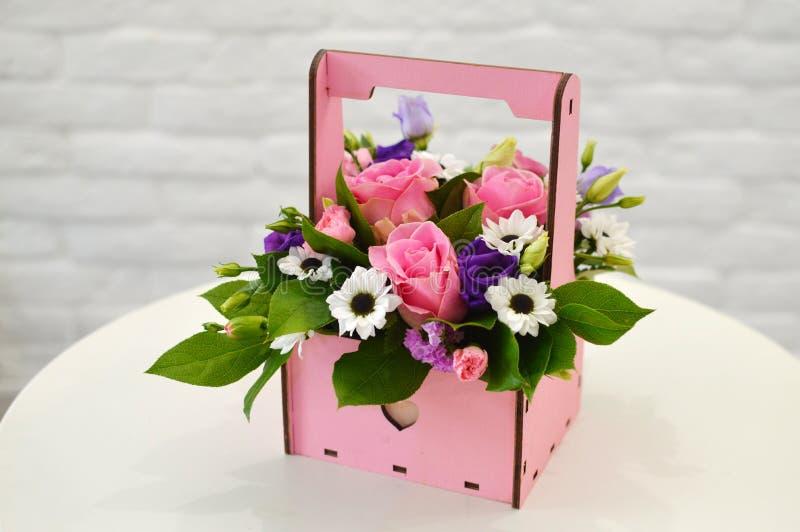 Mooi blauw boeket van bloemen in een roze houten doos royalty-vrije stock foto's