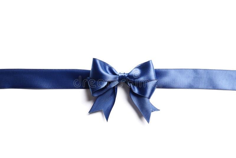 Mooi Blauw die boog en lint op witte achtergrond wordt geïsoleerd stock fotografie