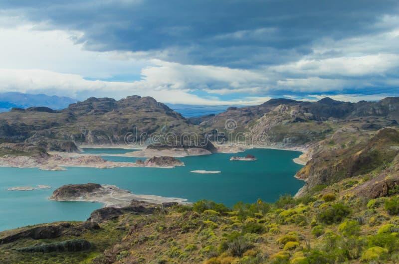 Mooi blauw water en rotsenmeer en eilanden royalty-vrije stock fotografie