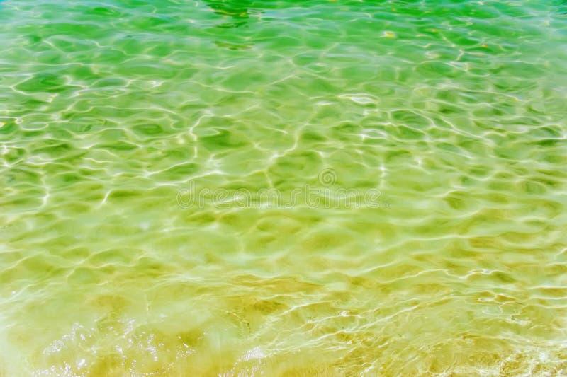 Mooi blauw water in zwembad met zonbezinning royalty-vrije stock fotografie
