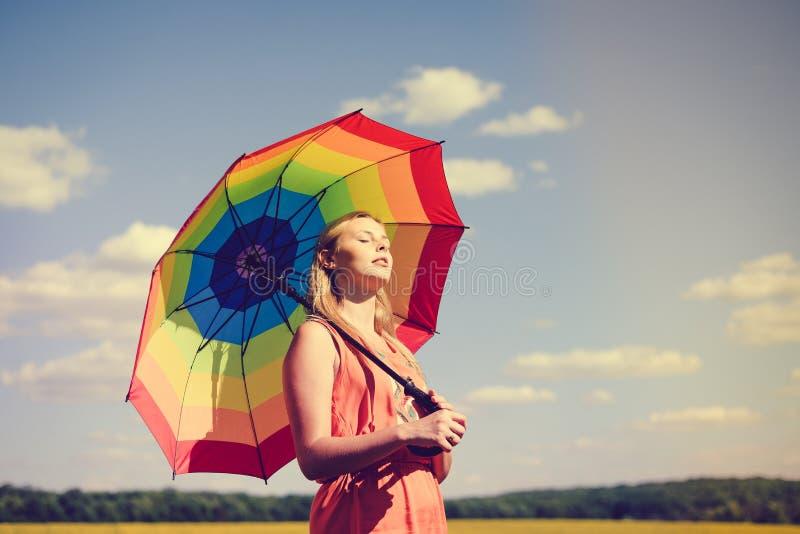 Mooi blij jong wijfje met regenboog stock foto