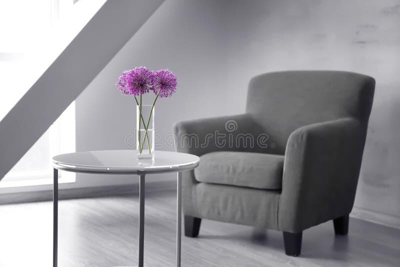 Mooi bloemboeket op koffietafel stock afbeelding