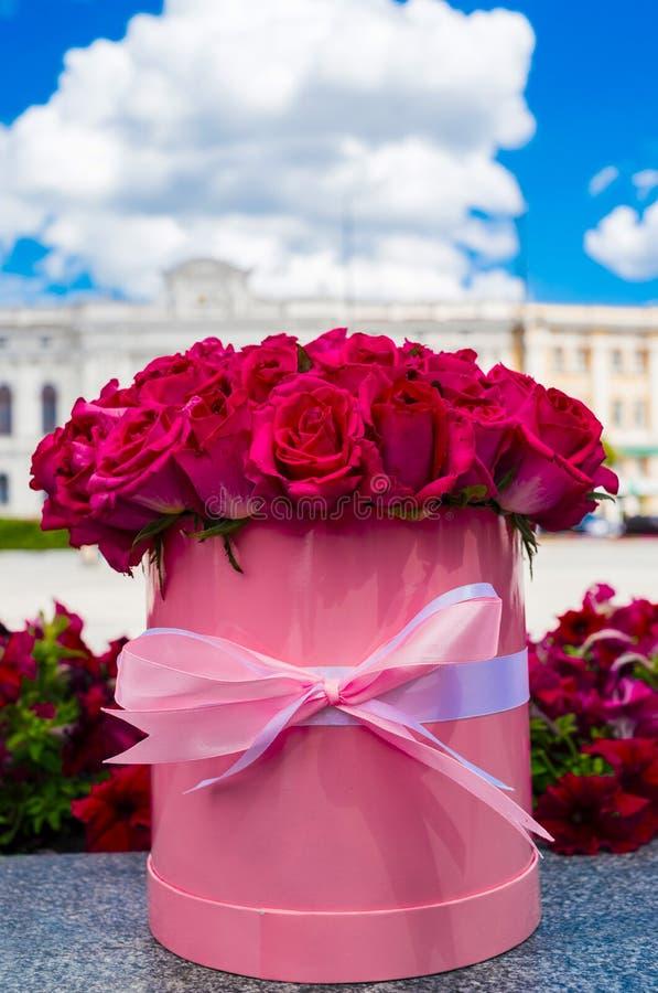 Mooi bloemboeket van roze rozen in grote ronde roze hoedendoos royalty-vrije stock afbeelding