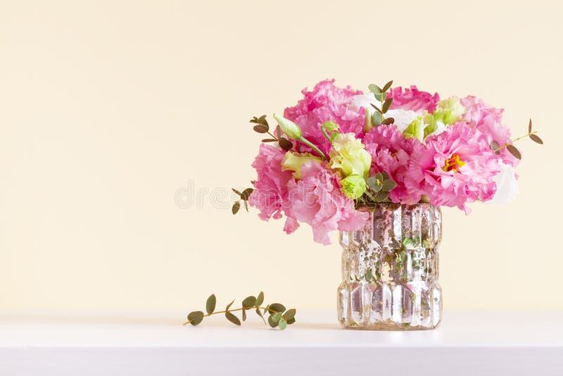 Mooi bloemenboeket in vaas voor de groetkaart van de Moedersdag stock fotografie