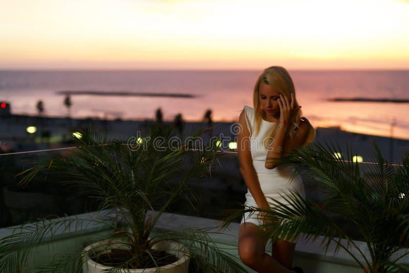Mooi blond Europees model die een witte romantische kleding dragen royalty-vrije stock afbeeldingen