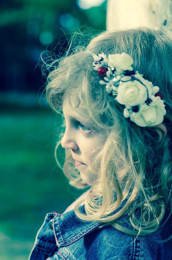 Download Mooi blond meisje stock afbeelding. Afbeelding bestaande uit groen - 54085221