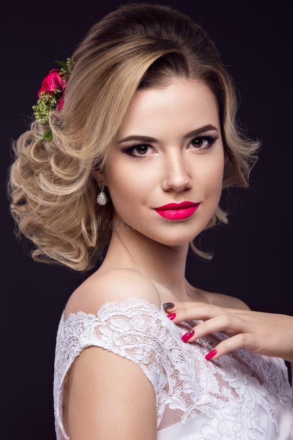 Mooi blond meisje in beeld van de bruid met purpere bloemen op haar hoofd Het Gezicht van de schoonheid royalty-vrije stock afbeelding