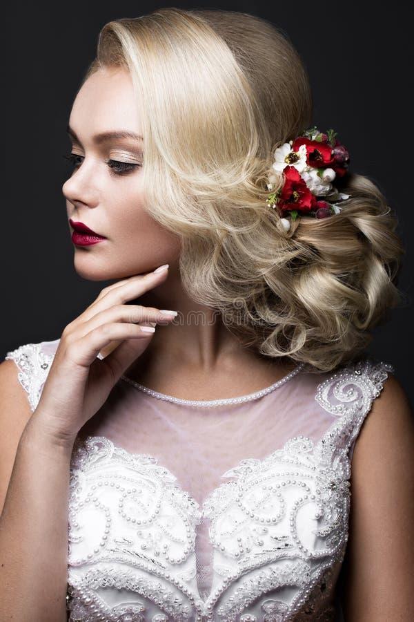 Mooi blond meisje in beeld van de bruid met purpere bloemen op haar hoofd Het Gezicht van de schoonheid stock afbeeldingen