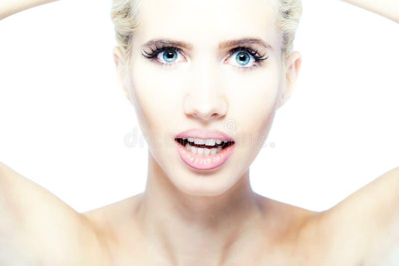 Mooi blond meisje dat camera bekijkt royalty-vrije stock fotografie