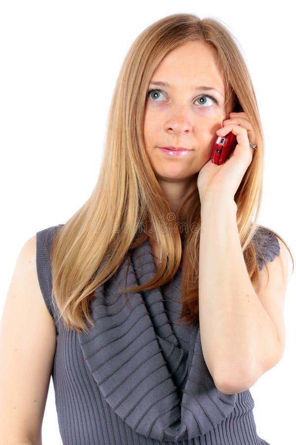 Mooi blond meisje dat op celtelefoon spreekt royalty-vrije stock foto's