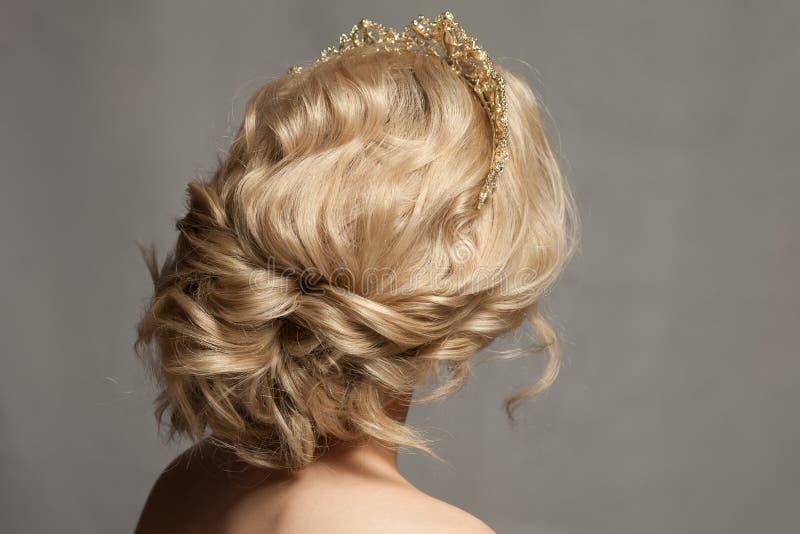 Mooi blond meisje in het beeld van een bruid met een tiara in haar haar royalty-vrije stock afbeeldingen
