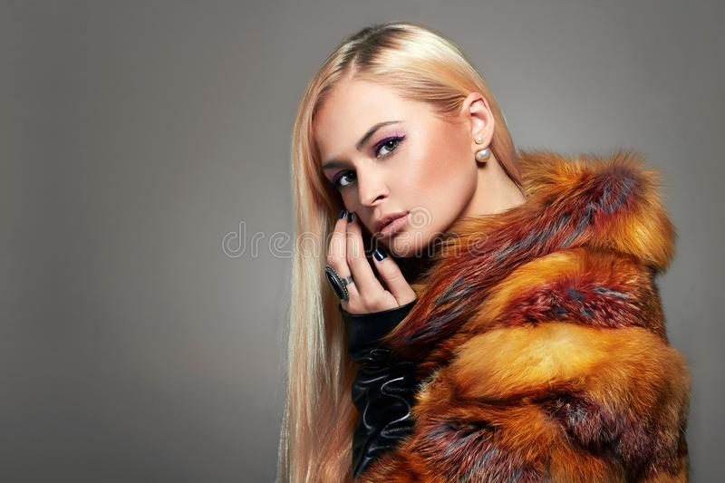 Mooi Blond Meisje in kleurrijk Bont stock afbeeldingen