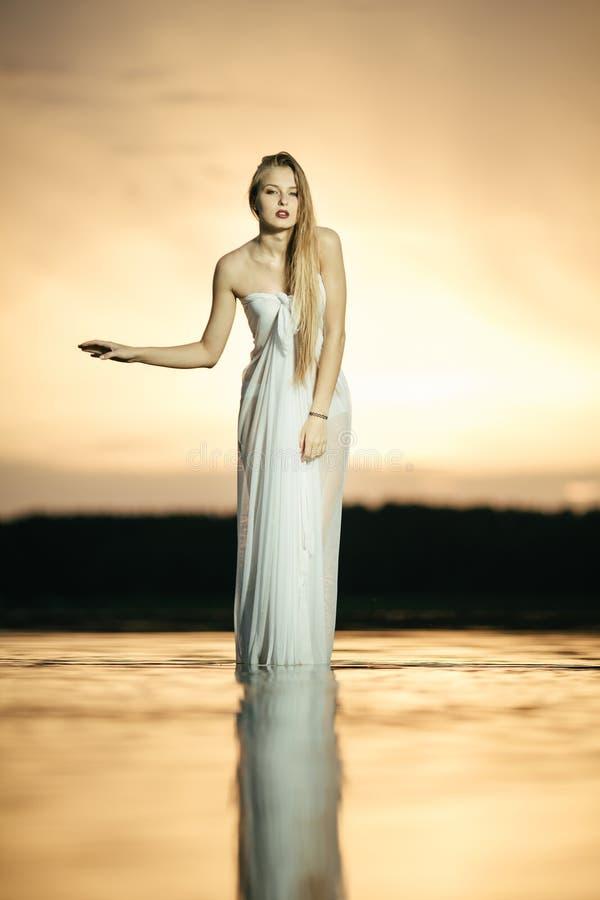 Mooi blond meisje met dres royalty-vrije stock fotografie